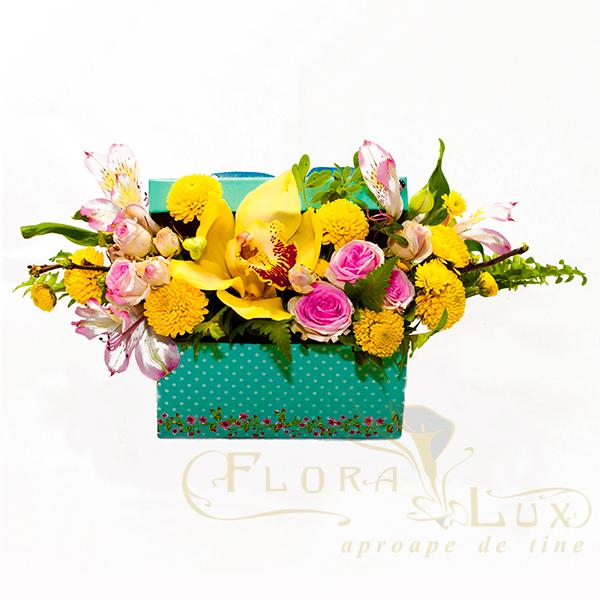 aranjament floral cutie cu orhidee