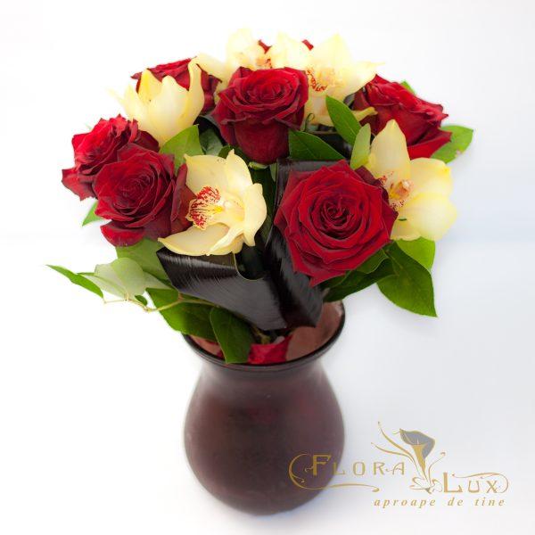 Buchet cu trandafiri rosii si orhiidee