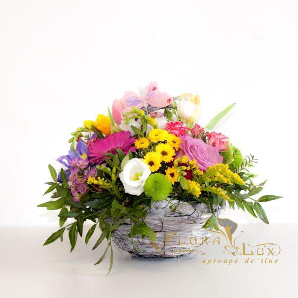 Cos cu flori de primavara
