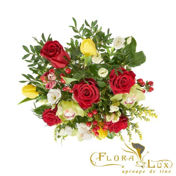 cutie cu trandafiri rosii si orhidee
