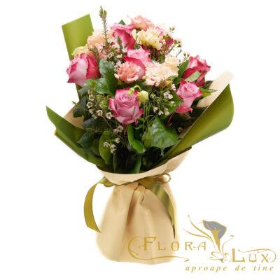 Buchet cu trandafiri roz si lisianthus